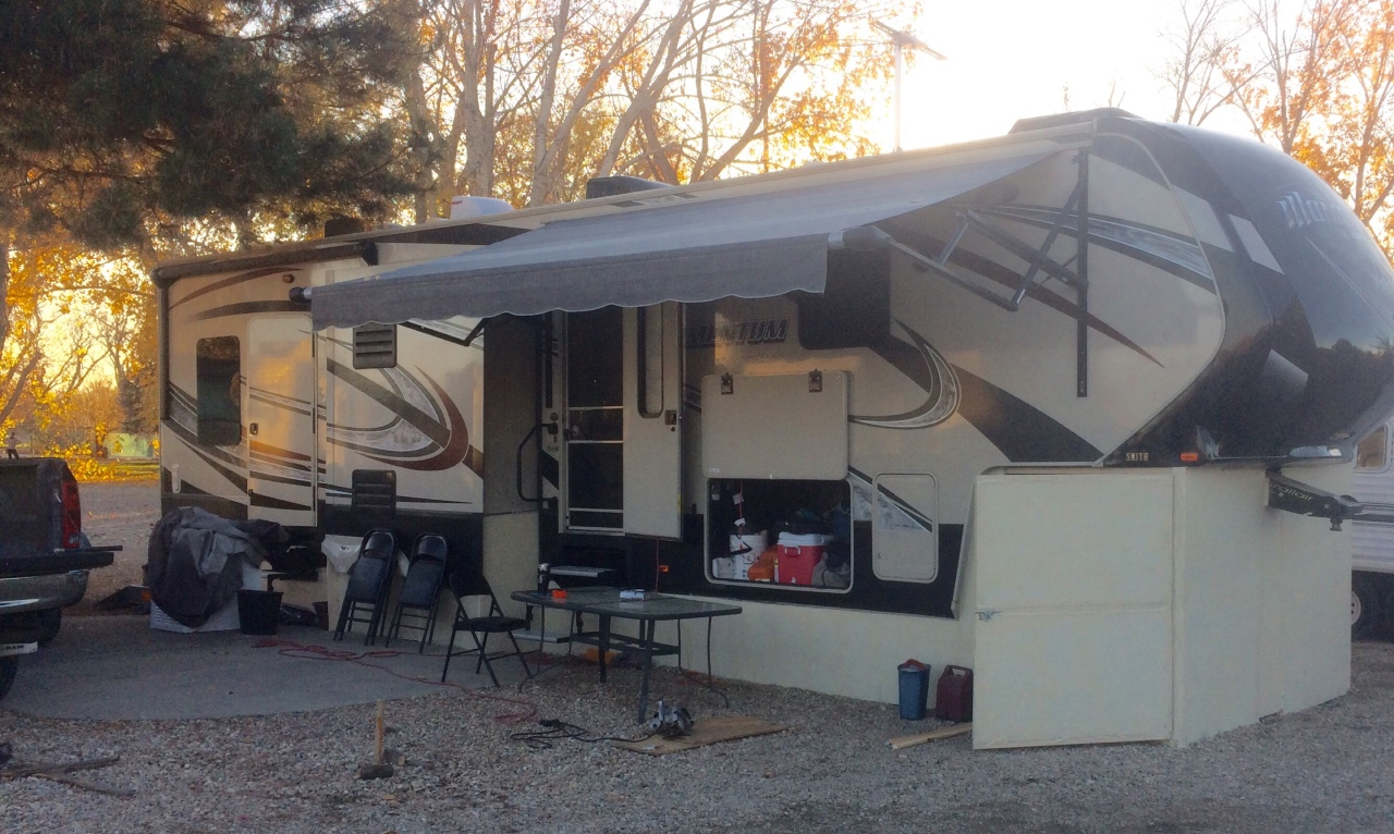 fifth wheel RV camp